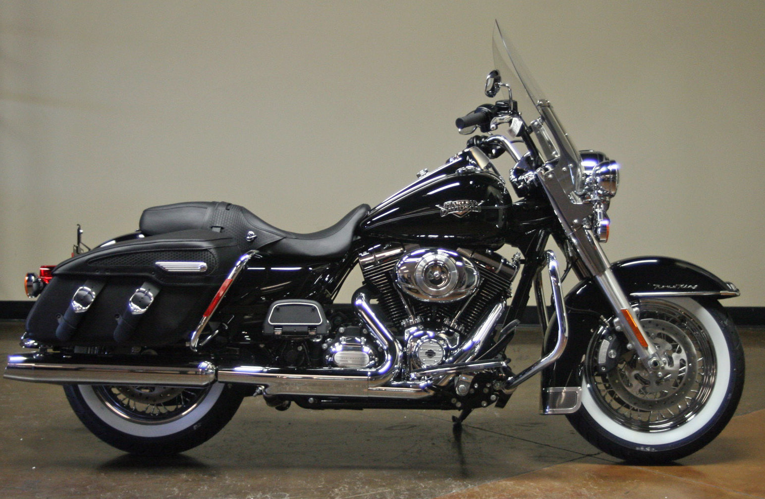 Harley-Davidson FLHRC Road King Classic pics #18192