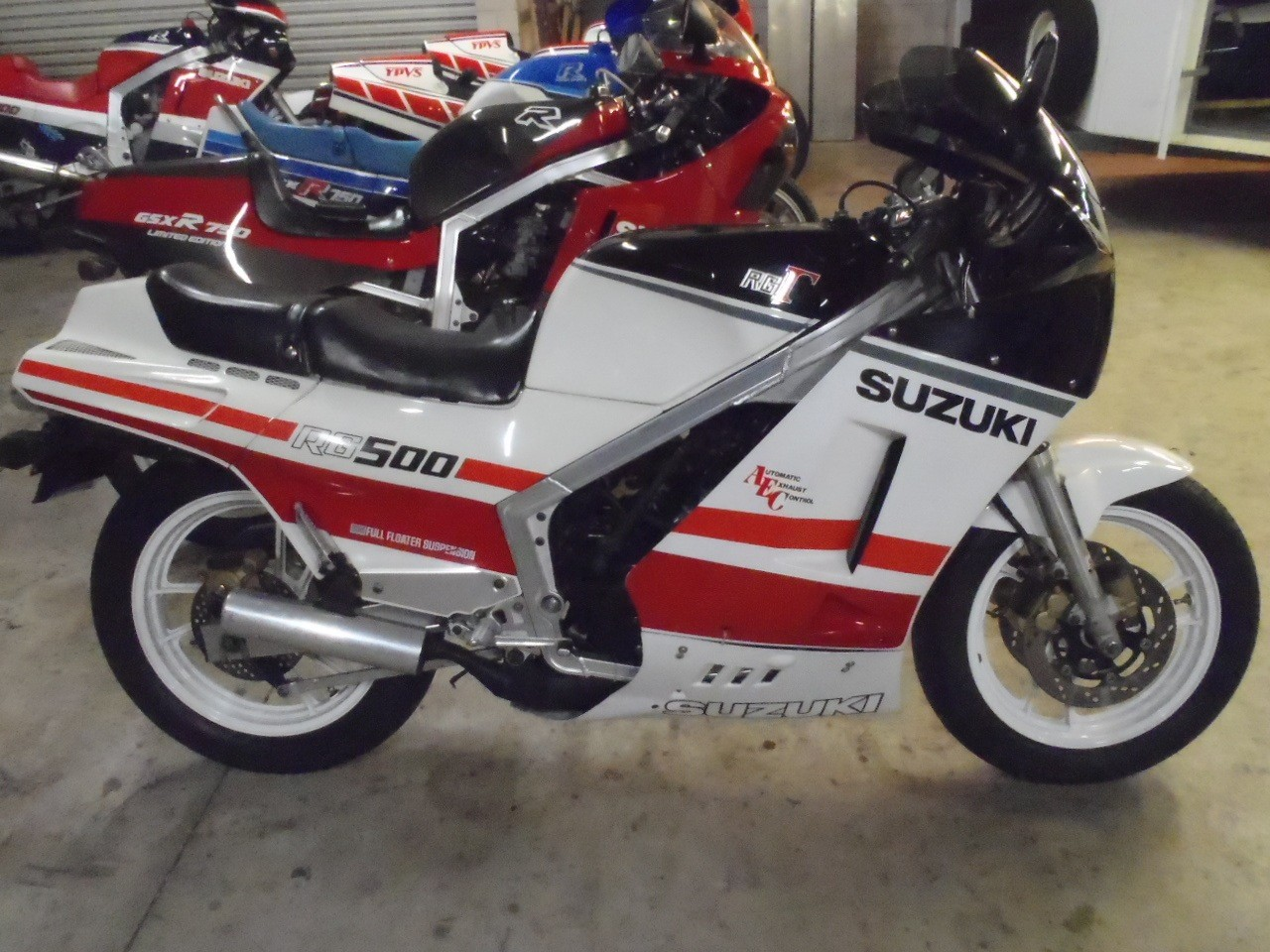 1985 suzuki rg 500 pics specs and information. Black Bedroom Furniture Sets. Home Design Ideas