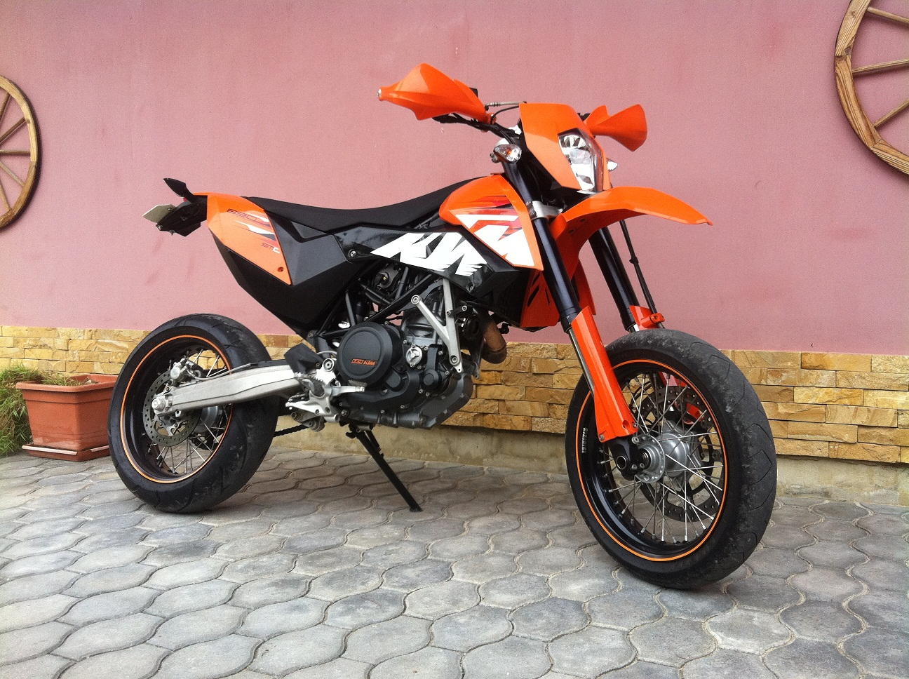 ktm 690 supermoto limited edition pics specs and list of. Black Bedroom Furniture Sets. Home Design Ideas